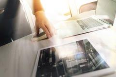 Рука бизнесмена держа книгу и цифровую таблетку Финансы m фото Стоковое Изображение