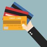 Рука бизнесмена держа кредитную карточку, плоский дизайн Стоковая Фотография