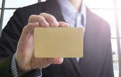 Рука бизнесмена держа пустой показ визитной карточки Стоковая Фотография