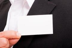 Рука бизнесмена держа пустую карточку посещения Стоковая Фотография RF