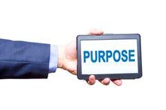Рука бизнесмена держа таблетку с знаком текста цели изолировано Стоковые Фотографии RF