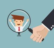 Рука бизнесмена держа лупу для поиска человек Стоковые Изображения RF