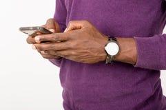 Рука бизнесмена используя его умный телефон стоковые изображения