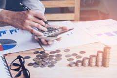 Рука бизнесмена используя калькулятор высчитывая bonusOr другая компенсация стоковое изображение rf