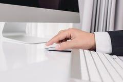Рука бизнесмена используя мышь компьютера Стоковое Изображение RF