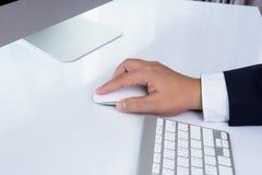 Рука бизнесмена используя мышь компьютера Стоковое Изображение