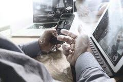 Рука бизнесмена используя покупки передвижных оплат онлайн, omni Стоковые Фотографии RF