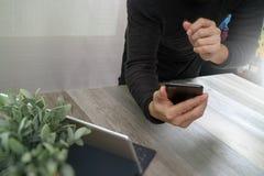 Рука бизнесмена используя покупки передвижных оплат онлайн, omni chan Стоковое фото RF