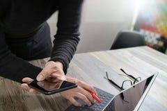 Рука бизнесмена используя покупки передвижных оплат онлайн, omni chan Стоковая Фотография RF