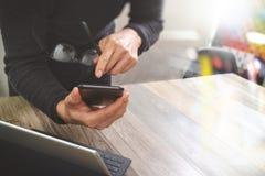 Рука бизнесмена используя покупки передвижных оплат онлайн, omni chan Стоковые Фото
