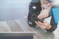 Рука бизнесмена используя покупки передвижных оплат онлайн, omni chan Стоковые Фотографии RF