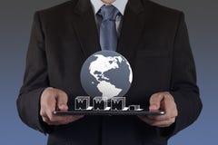 Рука бизнесмена используя планшет и www Стоковое Фото