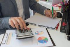 Рука бизнесмена используя ручку для записи данных по данных на концепции обработки документов Бизнесмен делая некоторую обработку Стоковая Фотография RF