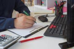 Рука бизнесмена используя ручку для записи данных по данных на концепции обработки документов Бизнесмен делая некоторую обработку Стоковое Изображение