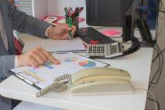 Рука бизнесмена используя ручку для записи данных по данных на концепции обработки документов Бизнесмен делая некоторую обработку Стоковые Изображения