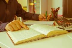 Рука бизнесмена используя ручку для записи данных по данных на концепции обработки документов Бизнесмен делая некоторую обработку Стоковые Изображения RF