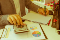 Рука бизнесмена используя ручку для записи данных по данных на концепции обработки документов Бизнесмен делая некоторую обработку Стоковая Фотография