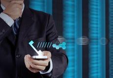 Рука бизнесмена используя телефон Стоковые Изображения RF