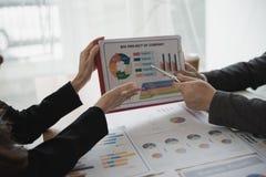 Рука бизнесмена и бизнес-леди работая на диаграммах данных, d Стоковые Изображения