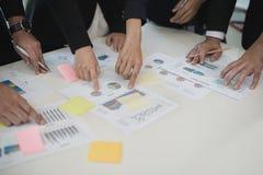 Рука бизнесмена и бизнес-леди работая на диаграммах данных, d Стоковое Изображение