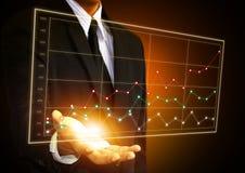 Рука бизнесмена касаясь диаграмме на экране Стоковые Изображения