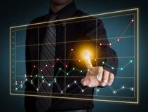 Рука бизнесмена касаясь диаграмме на экране Стоковые Фотографии RF