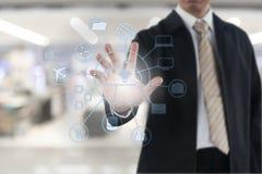 Рука бизнесмена касаясь на виртуальном экране Стоковые Фотографии RF