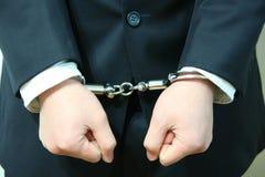 рука бизнесмена надевает наручники s Стоковое Изображение