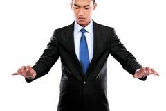 Рука бизнесмена нажимая виртуальный экран стоковое изображение rf