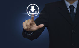 Рука бизнесмена нажимая значок загрузки сети кнопки над синью назад Стоковое Изображение