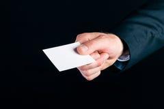 Рука бизнесмена над визитной карточкой Стоковые Фотографии RF