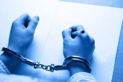 рука бизнесмена надевает наручники s Стоковая Фотография RF