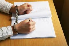 рука бизнесмена надевает наручники s Стоковое Изображение RF