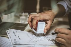 Рука бизнесмена одобряет документ используя штемпель компании Стоковое Изображение RF