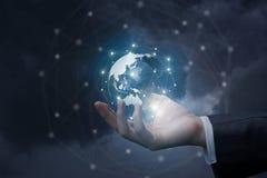 Рука бизнесмена показывает глобальную вычислительную сеть стоковые изображения rf