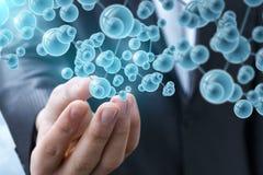 Рука бизнесмена показывает молекулы Стоковое фото RF
