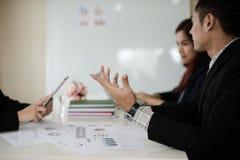Рука бизнесмена пока беседа о деле обсуждает Стоковые Фотографии RF