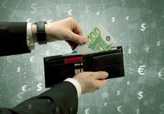 Рука бизнесмена принимает вне евро от бумажника Стоковое Изображение RF