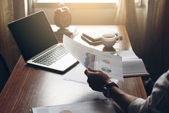 Рука бизнесмена работая на офисе с компьтер-книжкой и документами дальше Стоковое Фото