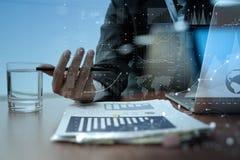Рука бизнесмена работая на портативном компьютере с цифровым слоем Стоковое Фото