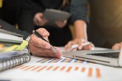 Рука бизнесмена работая на портативном компьютере с цифровым слоем Стоковое Изображение