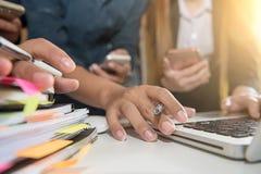 Рука бизнесмена работая на портативном компьютере с цифровым слоем Стоковые Фото