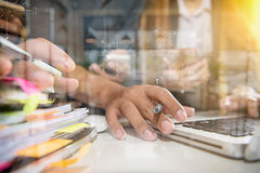 Рука бизнесмена работая на портативном компьютере с цифровым слоем Стоковая Фотография