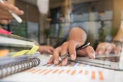 Рука бизнесмена работая на портативном компьютере с цифровым слоем Стоковые Изображения RF