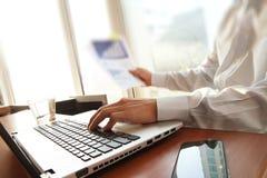 Рука бизнесмена работая на портативном компьютере Стоковое Фото