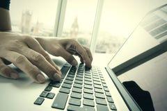 Рука бизнесмена работая на портативном компьютере Стоковые Изображения RF