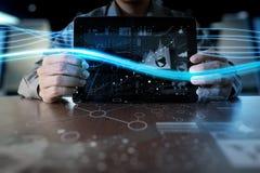 Рука бизнесмена работая на портативном компьютере Стоковые Изображения