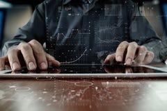 Рука бизнесмена работая на портативном компьютере Стоковая Фотография