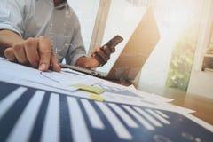 Рука бизнесмена работая на портативном компьютере Стоковые Фото