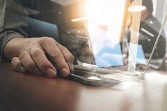 рука бизнесмена работая на цифровом планшете и умном p Стоковое Фото
